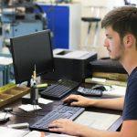 Portrait d'un apprenti manager de production